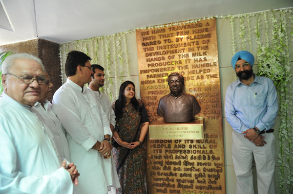 Dr. V Kurien's bust & dedicated website unveiled by Ms. Nirmala Kurien